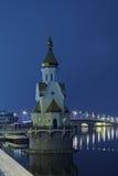 KYIV, UKRAINE-05 2016年12月:圣尼古拉斯教会Wonderworker在水域中 在明亮的镇静城市之上覆盖黑暗的希望的夜间晚上红色消散阳光日落可怕对我们视图 免版税图库摄影