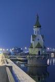 KYIV, UKRAINE-05 2016年12月:圣尼古拉斯教会Wonderworker在水域中 在明亮的镇静城市之上覆盖黑暗的希望的夜间晚上红色消散阳光日落可怕对我们视图 免版税库存图片