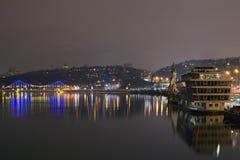 KYIV, UKRAINE-05 2016年12月:晚上城市风景 内河港、教会和步行桥 免版税库存图片