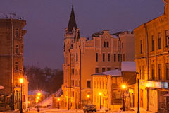 KYIV, UKRAINE-28 January2017 :在Andriyivskyy下降Andriyivs'kyi uzviz的理查城堡 早期的横向早晨 库存图片