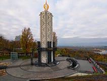 KYIV, UKRAINE-NOVEMBER 05日2017年:纪念碑的中央部分对饥荒受害者的致力于Th的种族灭绝受害者的记忆蜡烛 图库摄影