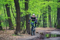 Kyiv, Ουκρανία, 2016-04-16 Άγνωστος ποδηλάτης βουνών την άνοιξη Στοκ φωτογραφίες με δικαίωμα ελεύθερης χρήσης