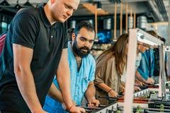 KYIV, ΟΥΚΡΑΝΊΑ, ένωση φραγμών των επιχορηγήσεων KickerKicker στις 10 Ιουνίου 2018 Οι ενεργοί άνδρες και οι γυναίκες έχουν τη διασ Στοκ φωτογραφία με δικαίωμα ελεύθερης χρήσης