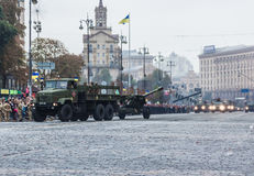 KYIV, ΟΥΚΡΑΝΊΑ - 24 ΑΥΓΟΎΣΤΟΥ 2016: Στρατιωτική παρέλαση μέσα, που αφιερώνεται στη ημέρα της ανεξαρτησίας Στοκ Εικόνα