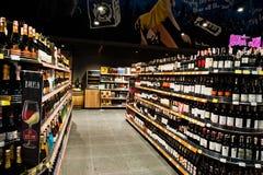 Kyiv, Ουκρανία - 19 Δεκεμβρίου 2018: Μπουκάλια των διαφορετικών κρασιών στα ράφια σε μια υπεραγορά στοκ εικόνα με δικαίωμα ελεύθερης χρήσης