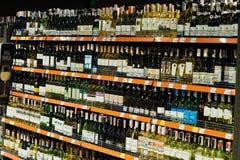 Kyiv, Ουκρανία - 19 Δεκεμβρίου 2018: Μπουκάλια των διαφορετικών κρασιών στα ράφια σε μια υπεραγορά στοκ εικόνα