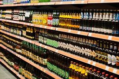 Kyiv, Ουκρανία - 19 Δεκεμβρίου 2018: Τα διαφορετικά μπουκάλια της μπύρας στην υπεραγορά στέκονται τα ράφια στοκ εικόνες