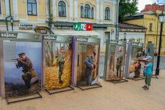 Kyiv, Ουκρανία, 02-07-2017 Κάθοδος του Andrew ` s Ένα μικρό αγόρι με μια πλαστή τοποθέτηση τουφεκιών στο υπόβαθρο των πινάκων δια στοκ φωτογραφία με δικαίωμα ελεύθερης χρήσης