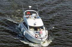 Kyiv, Ουκρανία - 18 Μαΐου 2019 Ισχυρή βάρκα μηχανών ταχύτητας που πλέει από τον ποταμό Dnipro στοκ εικόνα