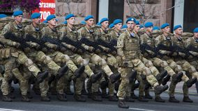 KYIV, ΟΥΚΡΑΝΊΑ - 24 ΜΑΐΟΥ 2017: Στρατιωτική παρέλαση σε Kyiv που αφιερώνεται στη ημέρα της ανεξαρτησίας της Ουκρανίας, 26η επέτει Στοκ Φωτογραφίες