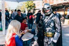 KYIV, ΟΥΚΡΑΝΊΑ - 9 ΣΕΠΤΕΜΒΡΊΟΥ 2018: Batman και Supergirl cosplaye στοκ φωτογραφία με δικαίωμα ελεύθερης χρήσης