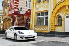 Kyiv, Ουκρανία, στις 25 Ιουνίου 2015  Η λευκιά Porsche Porsche Panamera στο υπόβαθρο των όμορφων κτηρίων στοκ φωτογραφία με δικαίωμα ελεύθερης χρήσης