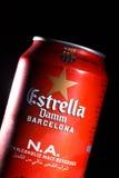 KYIV, ΟΥΚΡΑΝΊΑ, ΤΟΝ ΑΎΓΟΥΣΤΟ ΤΟΥ 2017: Ίσως Estrella Damm μπύρα Estrella Damm - Pilsner μπύρα που παρασκευάζεται στη Βαρκελώνη, Κ Στοκ Εικόνα