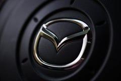 KYIV, УКРАИНА - 5-ОЕ АВГУСТА 2017: Логотип автомобиля Mazda на рулевом колесе 5-ое августа 2017 Стоковые Изображения RF