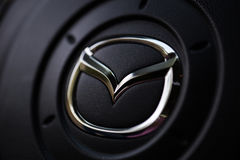 KYIV, УКРАИНА - 5-ОЕ АВГУСТА 2017: Логотип автомобиля Mazda на рулевом колесе 5-ое августа 2017 Стоковые Фотографии RF