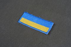KYIV, УКРАИНА - 16-ое июля 2015 Значок заплаты флага армии Украины равномерный на закамуфлированной форме стоковое фото rf