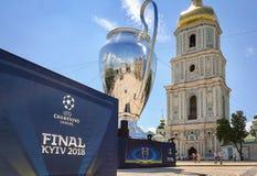 Kyiv, Украина - 24-ое мая 2018 - 20 метров высокой модели чашки лиги чемпионов на квадрате Sophia в Kyiv, Украине стоковая фотография