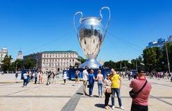 KYIV, УКРАИНА - 26-ОЕ МАЯ 2018: UEFA, модель чашки лиги чемпионов на квадрате Sofiyskaya стоковая фотография rf