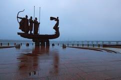 KYIV, УКРАИНА: 11-ое ноября 2017 - символ города Kyiv Известный памятник к легендарным основателям Kyiv Стоковое Фото