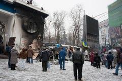 KYIV, УКРАИНА: Стойка людей около баррикад прячет отряды полиции позади на занимая улице снега во время протеста стоковое изображение rf