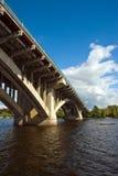 Kyiv. Brücke über Dnipro Fluss Stockfotografie