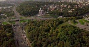 Kyiv, de Hoofdstad van de Oekra?ne Kyiv Het Monument van het vaderland, het sovjetdieeramonument, op de bank van Dnieper-Rivier w stock video