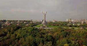 Kyiv, de Hoofdstad van de Oekra?ne Kyiv Het Monument van het vaderland, het sovjetdieeramonument, op de bank van Dnieper-Rivier w stock videobeelden
