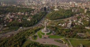 Kyiv, de Hoofdstad van de Oekra?ne Kyiv Het Monument van het vaderland, het sovjetdieeramonument, op de bank van Dnieper-Rivier w stock footage