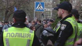 Kyiv, de Oekraïne 9 april, 2019 De activisten en de verdedigers van de Nationale Korpsen politieke partij wonen een verzameling b stock video