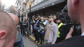 Kyiv, de Oekraïne 9 april, 2019 De activisten en de verdedigers van de Nationale Korpsen politieke partij wonen een verzameling b stock videobeelden