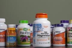 KYIV, de OEKRAÏNE - April 24, de fles van 2018 A van magnesium in capsules Sommige flessen van vitaminen en dieetsupplementen zij royalty-vrije stock foto