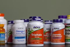 KYIV, de OEKRAÏNE - April 24, 2018 de fles van trifal Sommige flessen van vitaminen en dieetsupplementen zijn achter het Het scho royalty-vrije stock afbeeldingen