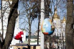 Kyiv DE OEKRAÏNE - APRIL 05, 2017: Pasen-festival in Kyiv op Sofiyvska-Vierkant De kunstenaars tonen geschilderde konijnen, paase royalty-vrije stock foto's