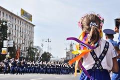 Kyiv, de Oekraïne - Augustus 24, 2014: Het meisje bekijkt in militair maart tijdens parade van de Onafhankelijkheidsdag van de Oe Royalty-vrije Stock Fotografie