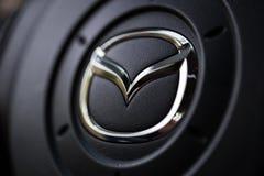 KYIV, DE OEKRAÏNE - AUGUSTUS 05, 2017: Mazda-autoembleem op het stuurwiel 05 Augustus, 2017 Royalty-vrije Stock Afbeelding