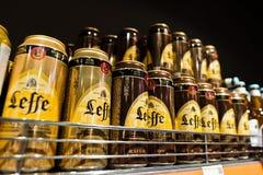 Kyiv, de Oekraïne - December 19, 2018: De blikken Leffe-bier op supermarkt bevinden zich planken Leffe is een merk van het premie stock afbeeldingen
