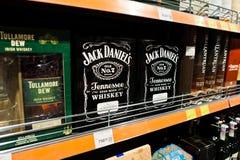 Kyiv, de Oekraïne - December 19, 2018: Flessen van Jack Daniel op planken in een supermarkt Jack Daniel is een merk van Tennessee royalty-vrije stock fotografie