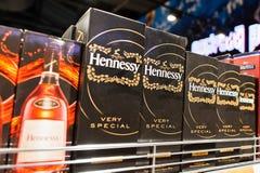 Kyiv, de Oekraïne - December 19, 2018: Hennessy-dozenpakken op planken in een supermarkt Jas Hennessy & Co , of eenvoudiger Henne stock foto's