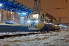 Kyiv, de Oekraïne - December 14, 2018: De reis van de spoorbus PESA 620M van Kyiv aan Boryspil-luchthaven Bij de Passagier van Ki stock fotografie