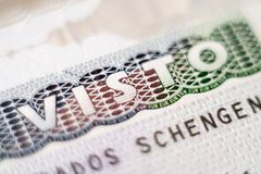KYIV, DE OEKRAÏNE - FEBRUARI 2019: sluit omhoog van het visumkopbal van de EU van Schengen in paspoort stock foto