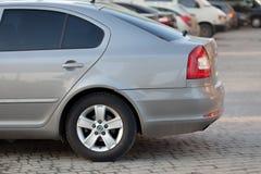 Kyiv, de OEKRAÏNE 27 Februari, 2019: Zijaanzicht van zilveren die auto op bedekt parkeerterreingebied wordt geparkeerd op de vage royalty-vrije stock afbeelding