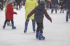 Kyiv de Oekraïne - 01 01 2018: gelukkige mensen die bij de piste op de de wintervakantie schaatsen royalty-vrije stock afbeeldingen