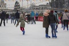 Kyiv de Oekraïne - 01 01 2018: gelukkige mensen die bij de piste op de de wintervakantie schaatsen royalty-vrije stock fotografie