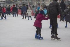 Kyiv de Oekraïne - 01 01 2018: gelukkige mensen die bij de piste op de de wintervakantie schaatsen stock foto