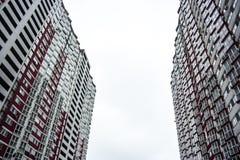 Kyiv, de Oekraïne De hoge bouw Flatgebouw Moderne architectuur stock fotografie