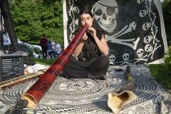 20 05 2018 Kyiv, de Oekraïne Jonge musicus het spelen didgeridoo op t Royalty-vrije Stock Afbeeldingen