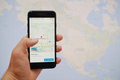 Kyiv, de Oekraïne - 11,2017 Juli: Apple-iPhone 7 met Google-kaarten app Stock Afbeeldingen