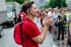 Kyiv, de Oekraïne - Juni 23, 2019 Maart van gelijkheid Kyivpride Het meisje in rood coördineert de actie van marchers royalty-vrije stock fotografie