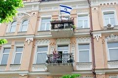 Kyiv, de Oekraïne - Juni 23, 2019 Maart van gelijkheid LGBT maart KyivPride Vrolijke parade Israëlische vlag op het balkon royalty-vrije stock fotografie