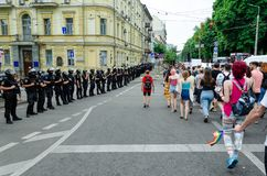 Kyiv, de Oekraïne - Juni 23, 2019 Maart van gelijkheid LGBT maart KyivPride Vrolijke parade Rijen van marchers van de politieagen royalty-vrije stock afbeeldingen